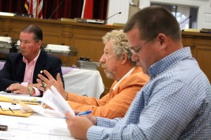 Kevin Spradlin | PeeDeePost.com Commissioner Ben Moss, right, asks about the cap on HB 395.